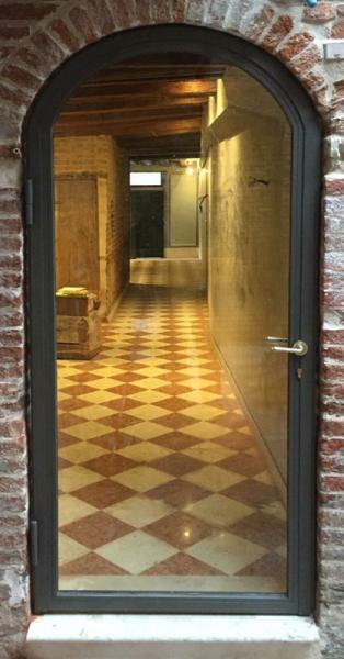 Serliana, porta inox dipinta bronzo ferromicaceo